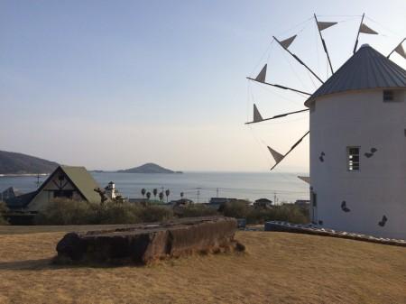 夕焼けに染まる風車小屋