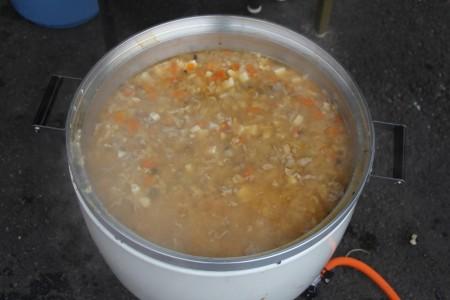 大きなお鍋で作られている豚汁には、今朝管内で収穫された野菜がたbっぷり入っています(^^♪
