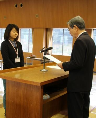 仲道組合長から修了証書を受け取る受講生