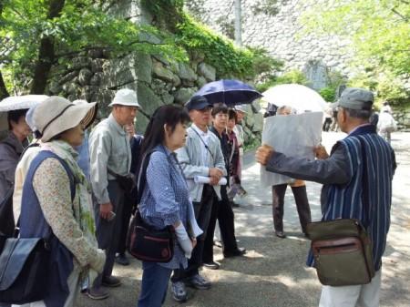 松坂城にて。 現地のボランティアガイドさんから説明を受けています。