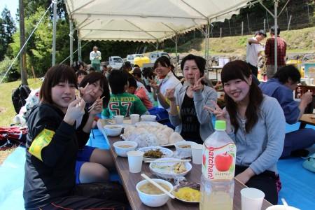 青空の下での食事は最高♪ JAガールズもご満悦(^_^)