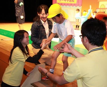JAのお兄さん、お姉さんに手を引かれています(^○^) 「おつかれさま~(^_^)」