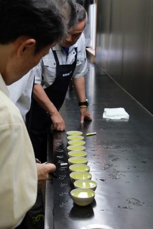 「水色(すいしょく)」審査。お茶にした時の色を審査します。