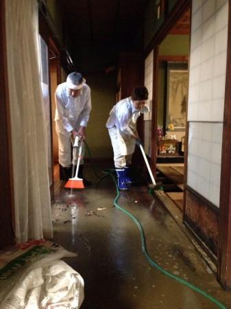 床上浸水した家屋。朝から泥の掻き出しや、床を洗い流す作業に追われました。