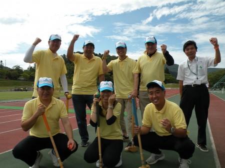 グラウンドゴルフ資金共済部チーム!ベテランのスティックさばきに注目です!(^○^)