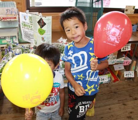 小さいお子様には「あまとくん」風船を(^_^) 顔が隠れちゃってますね(>_<)