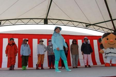 女性部による農作業着のファッションショー(^_^) ステージイベントも盛り上がりました(^^♪