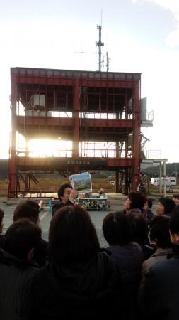 南三陸町防災庁舎前で、語り部ガイドから震災時の様子を聞き、みんなで手をあわせました。