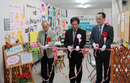 左から、大槻稔豊里地区自治会連合会長、中田義孝委員長、迫沼満寿JA京都にのくに代表理事専務