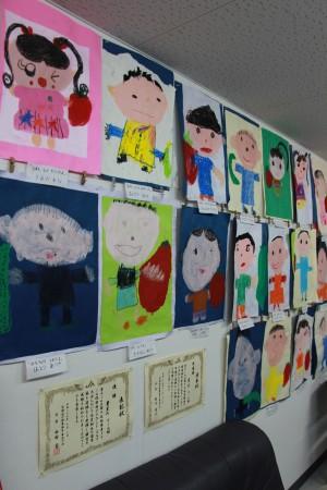 地元豊里幼児園の園児達が書いた絵や、