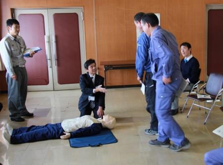 患者を発見したら周囲の確認をし、周りに助けを求めます。 「119番通報と、AEDの手配をお願いします!」