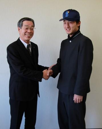 笑顔の当JA仲道組合長(左)と亀井塔生選手(右)