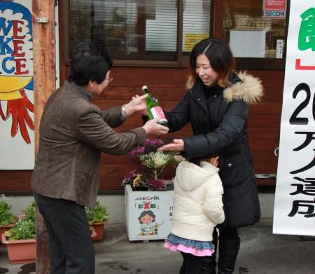 髙橋慶子福知山店運営協議会長から日本酒「丹の国穂まれ」が贈呈されました(^_^)