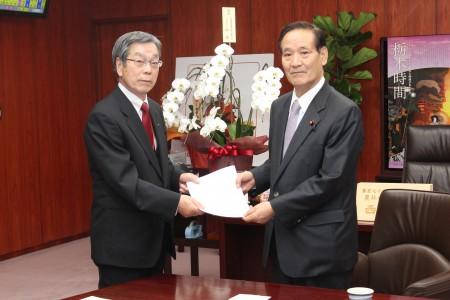 仲道組合長(左)と西川農水大臣(右)
