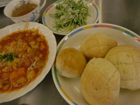 今日のメニューは、メロンパン、マヨネーズパン、水菜と豆腐のクイックサラダ!!