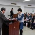 学長から修了証書を受け取る受講生(^^)/