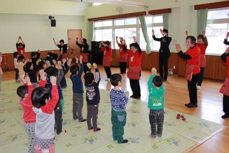 「むすんでひらいて」や、「おもちゃのちゃちゃちゃ」の歌に合わせて一緒に楽しくお手玉演舞をしました(^_^)