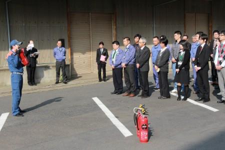 綾部市消防署の方から消火器の説明を聞いています!