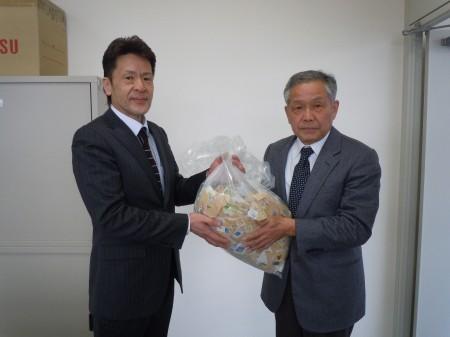 使用済み切手を寄附する東統括支店長(左)(^_^)