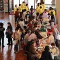 開会前に賑わうロビー(^o^) 生活教室の展示品や、パンや新鮮野菜の販売も行われました!