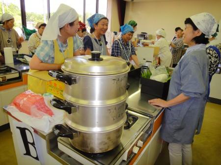 大麦・もち米・大豆・青豆などの材料を 40分ほど蒸します!