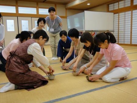 受講生を代表して3名の方が、 抹茶のたて方を体験されました!