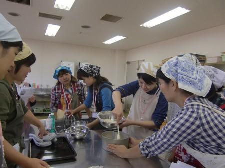 シフォンケーキはメレンゲを潰さないように 丁寧に混ぜ合わせます(*^_^*)
