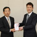 東 博之舞鶴西統括支店長(左)が前羽舞鶴市福祉部長(右)に手渡しました(^^♪