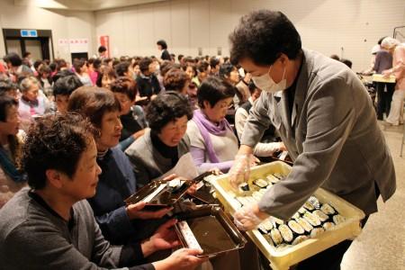 料理サークルからは 「おにぎらず」と「豆乳味噌汁」が 試食として配られました(*^_^*)