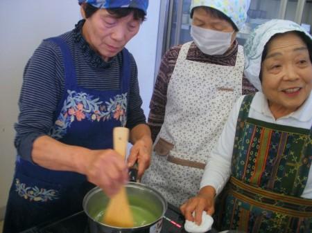 ブラマンジェは、鍋底を焦がさないようにしっかり混ぜましょうネ