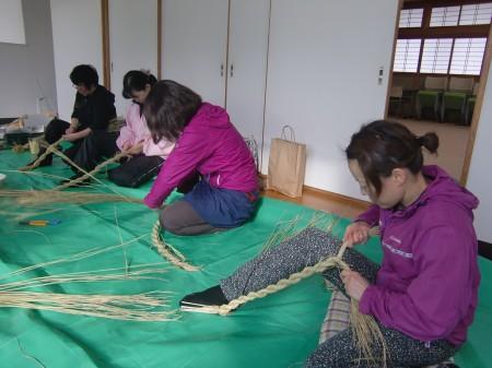 足も使って、藁を綯っていきます(^^)
