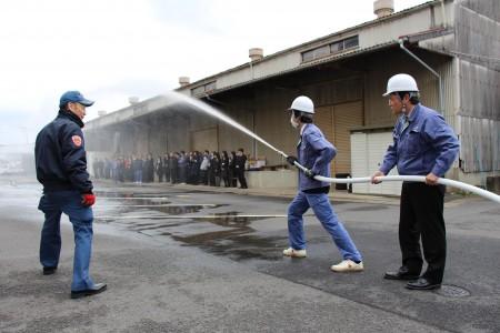 署員の指導を受けながら放水開始!