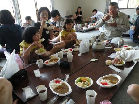 地元でとれた米と野菜で作った カレーをいただきました^_^ V「おかわり~!」と元気な子供たち・・・