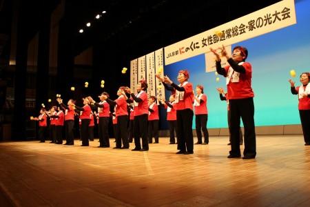活動事例発表。お手玉の会の演舞「お祭りマンボ」