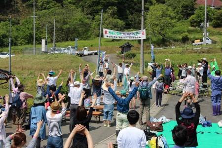 はじめに全員で準備体操♪ 京阪神から親子連れなど約100人が参加されました。