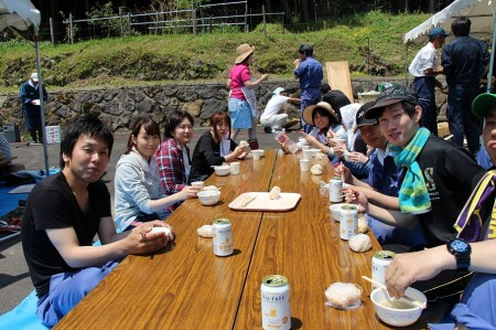 JA職員もお手伝いしたあとホっと一息(*^_^*)青空の下で食べると美味しい(^^♪