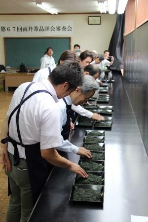 府農林センター茶業研究所の澤崎所長をはじめ7人の審査員が色や外観、香りや水色をチェック(^_^)