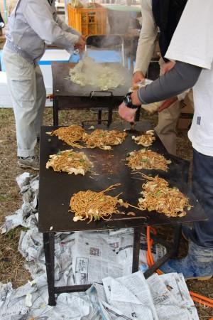 青壮年部による焼きそば(^_^)/ 鉄板で焼くと美味しいですよね(^^♪