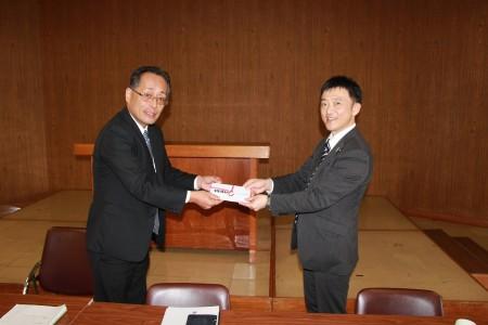 今年相次ぐ台風で大きな被害を受けられたJAグループ青森様に対し、支援金を贈呈させていただきました。 青森中央会経営企画課長、秋田様(右)