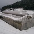 雪の重みでパイプが捻じ曲がったビニールハウス(福知山市)