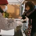 「彩菜館」東舞鶴店での七草粥振る舞いの様子